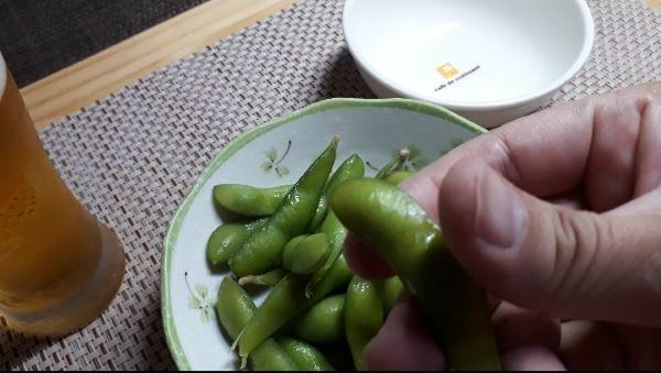 【コンビニ晩酌】ファミリーマートお母さん食堂 枝豆を食べるところ(オリジナル写真)