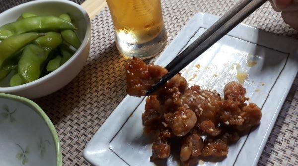 【コンビニ晩酌】ファミリーマートお母さん食堂豚タン下の唐辛子味噌焼きを食べるところ(オリジナル写真)