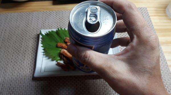 【コンビニ晩酌】ファミリーマートお母さん食堂いか明太子焼きを食べるところ(オリジナル写真)