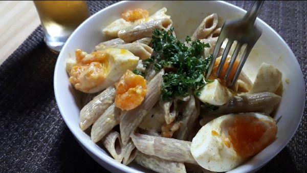 【レシピ マカロニたまごサラダ風】半熟たまごとカレーマヨネーズのペンネを食べるところ(オリジナル写真)