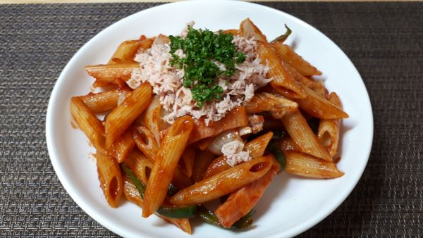 【レシピ パスタ】ツナタリアン ペンネを食べるところ(オリジナル写真)