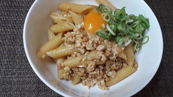 【レシピ 納豆パスタ】ひきわり納豆を使って「納豆 ペンネ」を食べるところ(オリジナル写真)