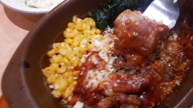 【サイゼリヤ ランチ】鶏肉のトマトソース煮込みを食べるところ(オリジナル写真)