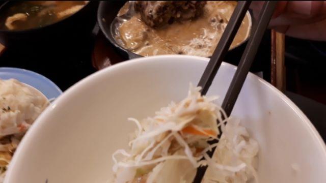 【松屋】「黒トリュフソースのビーフハンバーグ定食」を食べるところ(オリジナル写真)