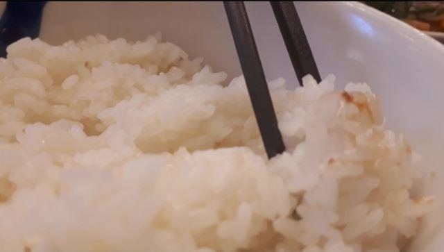 松屋「牛チゲカルビ焼肉膳 2020年版」を食べるところ(オリジナル写真)