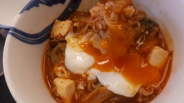 松屋「チゲ牛カルビ焼き肉膳」を食べるところ(オリジナル写真)
