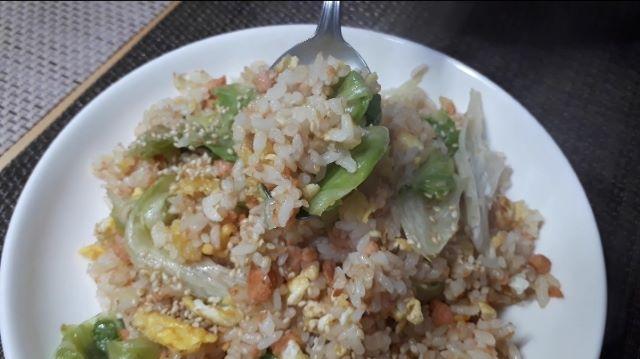【レシピ 基本の鮭とレタスのチャーハン】を食べるところ(オリジナル写真)