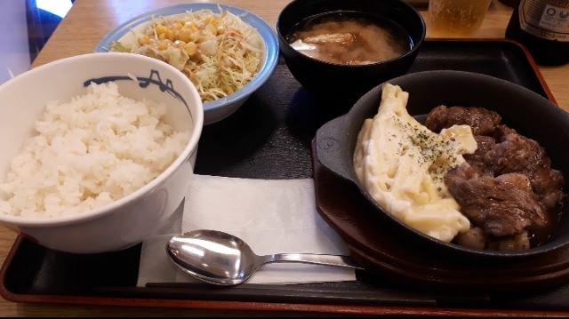 【松屋】「牛リブロースのカットステーキ定食」の外見(オリジナル写真)
