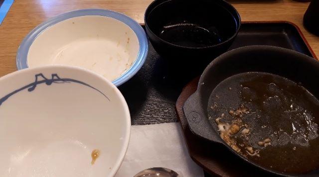 【松屋】「牛リブロースのカットステーキ定食」を食べるところ(オリジナル写真)