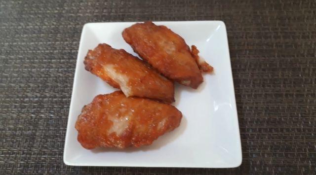 サイゼリヤ「辛味チキン(約40ピース入り)」(冷凍)を食べるところ(オリジナル写真)