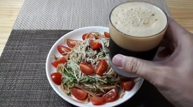 【しらすのパスタ レシピ】薬味たっぷり釜揚げしらすのスパゲッティを食べるところ(オリジナル写真))