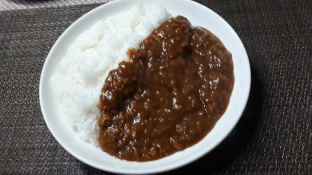 Miyajima「岩下の新生姜カレー」を食べるところ(オリジナル写真)