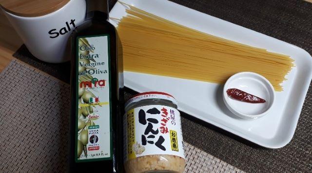 【レシピ パスタ】桃屋のきざみにんにくを使ってつくる「なんちゃってペペロンチーノ」の材料(オリジナル写真)