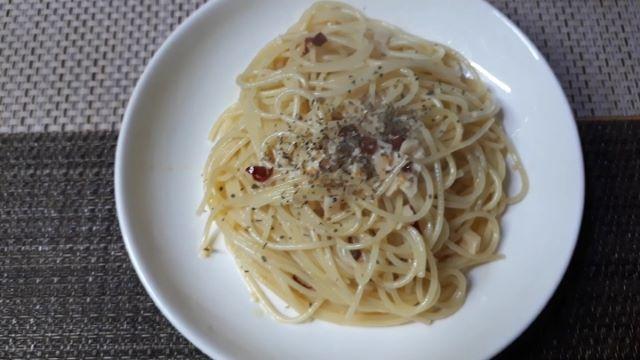 【レシピ パスタ】桃屋のきざみにんにくを使ってつくる「なんちゃってペペロンチーノ」を食べるところ(オリジナル写真)