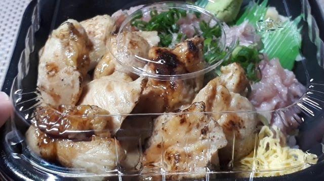 丼丸「炭火焼トロチキン ネギトロ丼」(オリジナル写真)