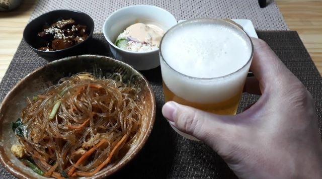 丼丸「炭火焼トロチキン ネギトロ丼」を食べるところ(オリジナル写真)