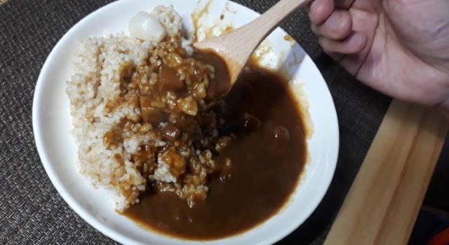 ファミリーマート「ぐつぐつ煮込んだビーフカレー 辛口」を食べるところ(オリジナル写真)