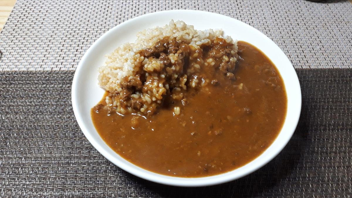 自由軒「赤ラベルカレー 中辛」を食べるところ(オリジナル写真)