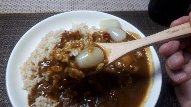 自由軒「黒ラベルカレー 辛口」を食べる風景(オリジナル写真)