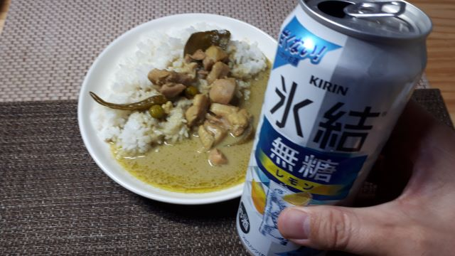 ヤマモリ「グリーンカレー」を食べるところ(オリジナル写真)