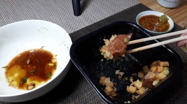 【丼丸(どんまる)⑭】おすすめメニュー 「バラ明太丼」を食べるところ(オリジナル写真)