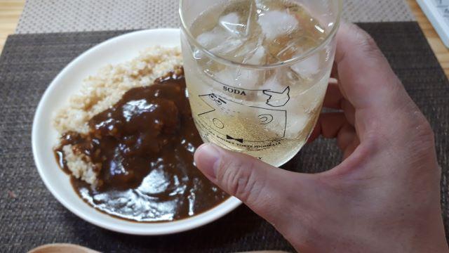 業務スーパー「スパイスカレー ビーフ」を食べるところ(オリジナル写真)