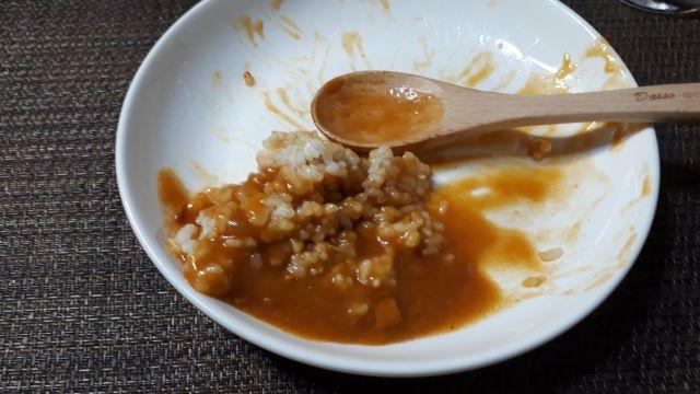 100kcalマイサイズ 「バターチキンカレー」を食べるところ(オリジナル写真)