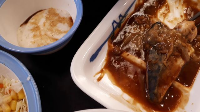 松屋「さばの味噌煮定食」を食べるところ(オリジナル写真)