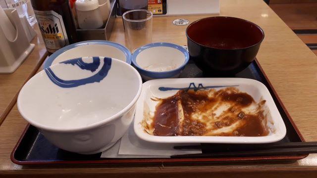 松屋「サバの味噌煮定食」を食べるところ(オリジナル写真)