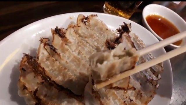 珉珉の餃子を食べる(オリジナル写真)