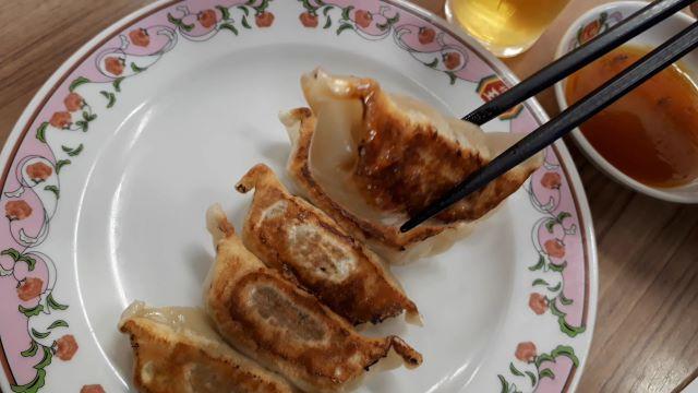 餃子の王将のにんにく激増し餃子を食べるところ(オリジナル写真)