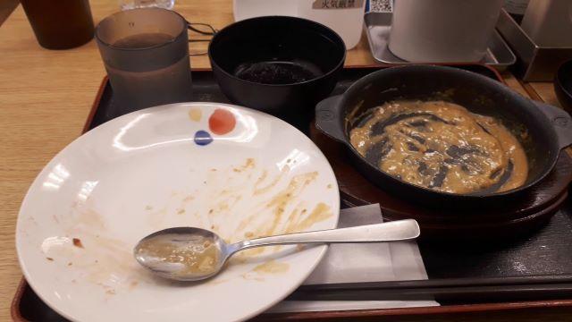 松屋 「オマール海老ソースのクリームカレー」を食べるところ(オリジナル写真)