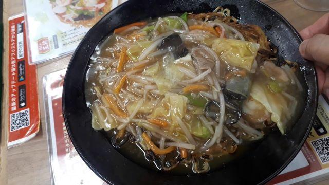 【餃子の王将】2021年4月限定「あんかけ焼そば」を食べるところ(オリジナル写真)