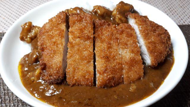炭火焼肉 たむらのお肉の入ったカレー(中辛)を食べるところ(オリジナル写真)