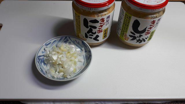 サッポロ一番みそラーメン「 旨辛」でつくる麻婆麺の材料(オリジナル写真)