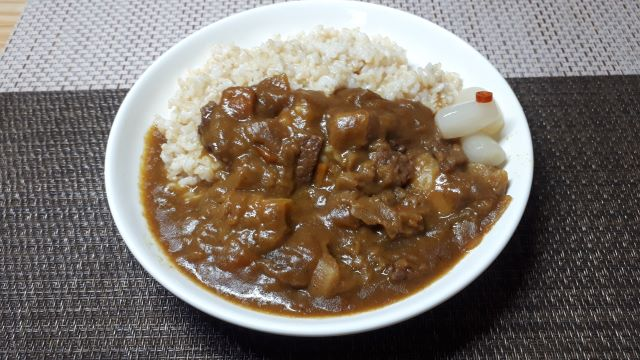 S&B ゴールデンカレー(辛口)を食べるところ(オリジナル写真)