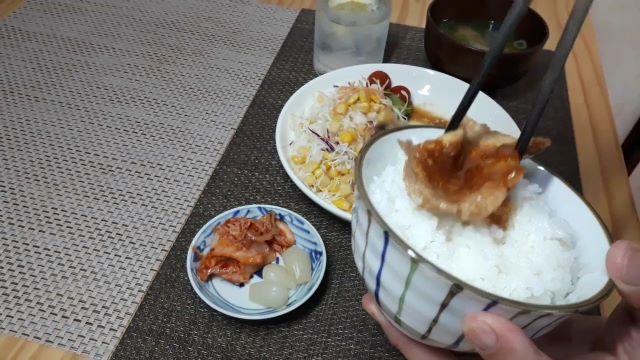慣れていない人でも簡単に出来る、焼肉のたれ+生姜の「豚の生姜焼き」を食べる(オリジナル写真)