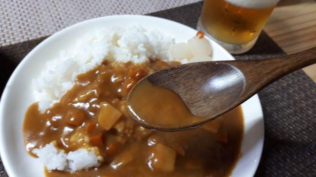 ローソン「牛肉と野菜の旨み広がる ビーフカレー 中辛」を食べるところ(オリジナル写真)