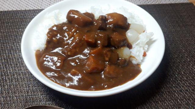 ヱスビー食品「神田カレーグランプリ お茶の水、大勝軒 復刻版カレー お店の中辛」を食べるところ(オリジナル写真)