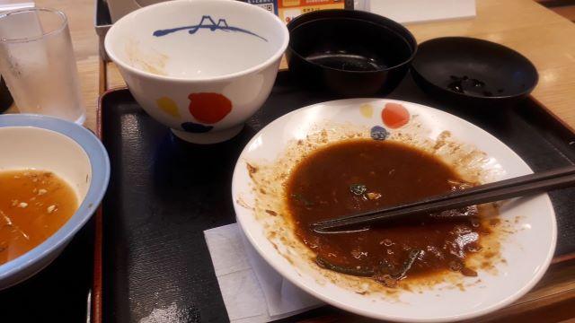 松屋「お肉たっぷり回鍋肉(ホイコーロー)定食」を食べるところ(オリジナル写真)