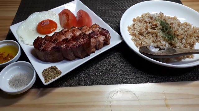 【厚切りベーコンステーキレシピ】焼いた時に出る脂で作るガーリックライスも最高!^^(オリジナル写真)