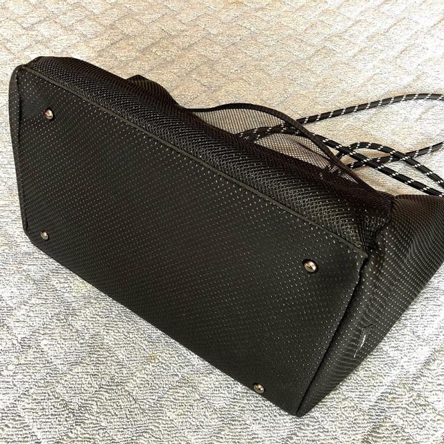 トートバッグ黒大きめ底鋲つき