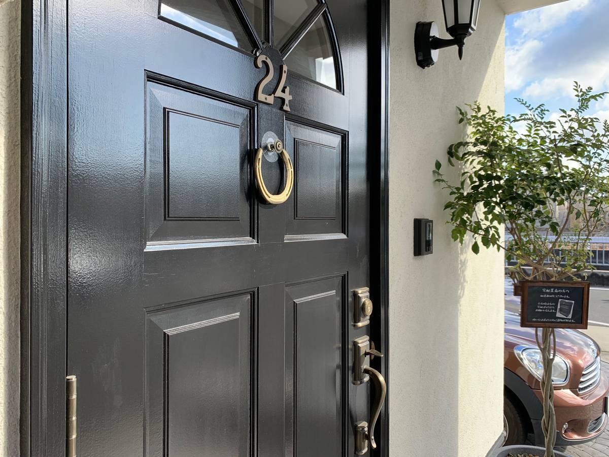 馬蹄(ホースシュー)を飾って玄関ドアが変身。工夫でインテリアを楽しむ