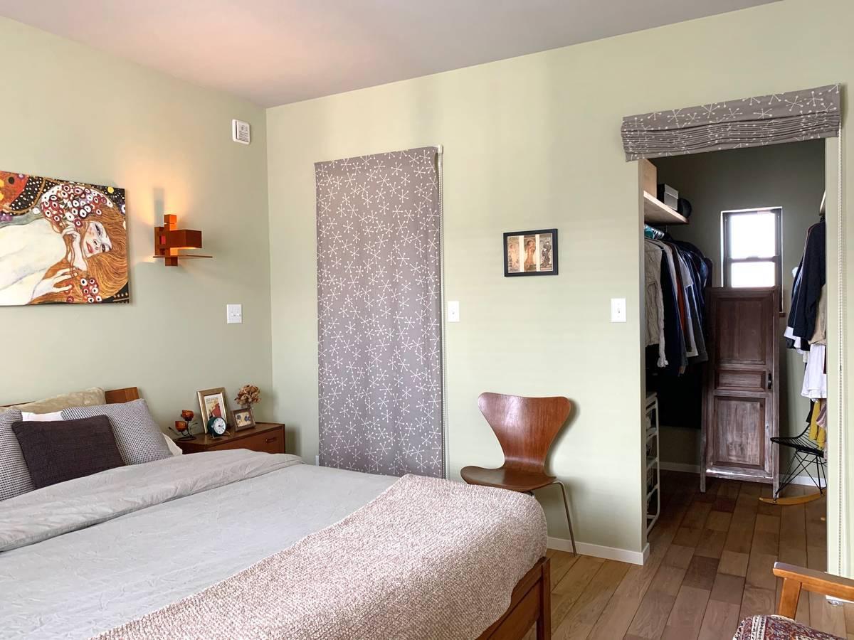 WICはシェードカーテンで仕切り。部屋を圧迫せず視覚効果で寝室スッキリ