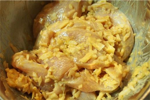 鶏むね肉へタンドリーチキンの味付けをする