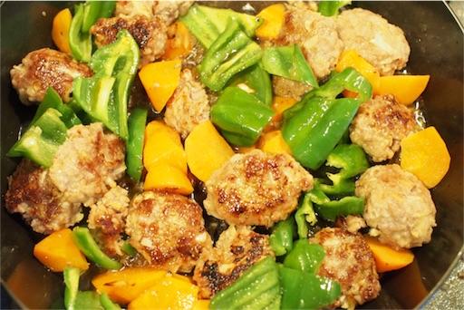 野菜と和えて酢豚を仕上げる