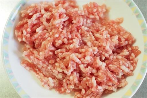 ひき肉へみりんを混ぜる