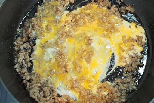 チャーハンの卵を炒める