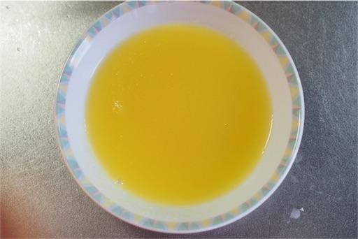 粉ゼラチンをオレンジジュースに溶かす
