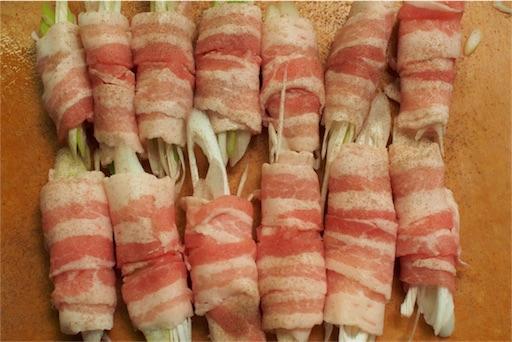 ネギを豚肉で巻く
